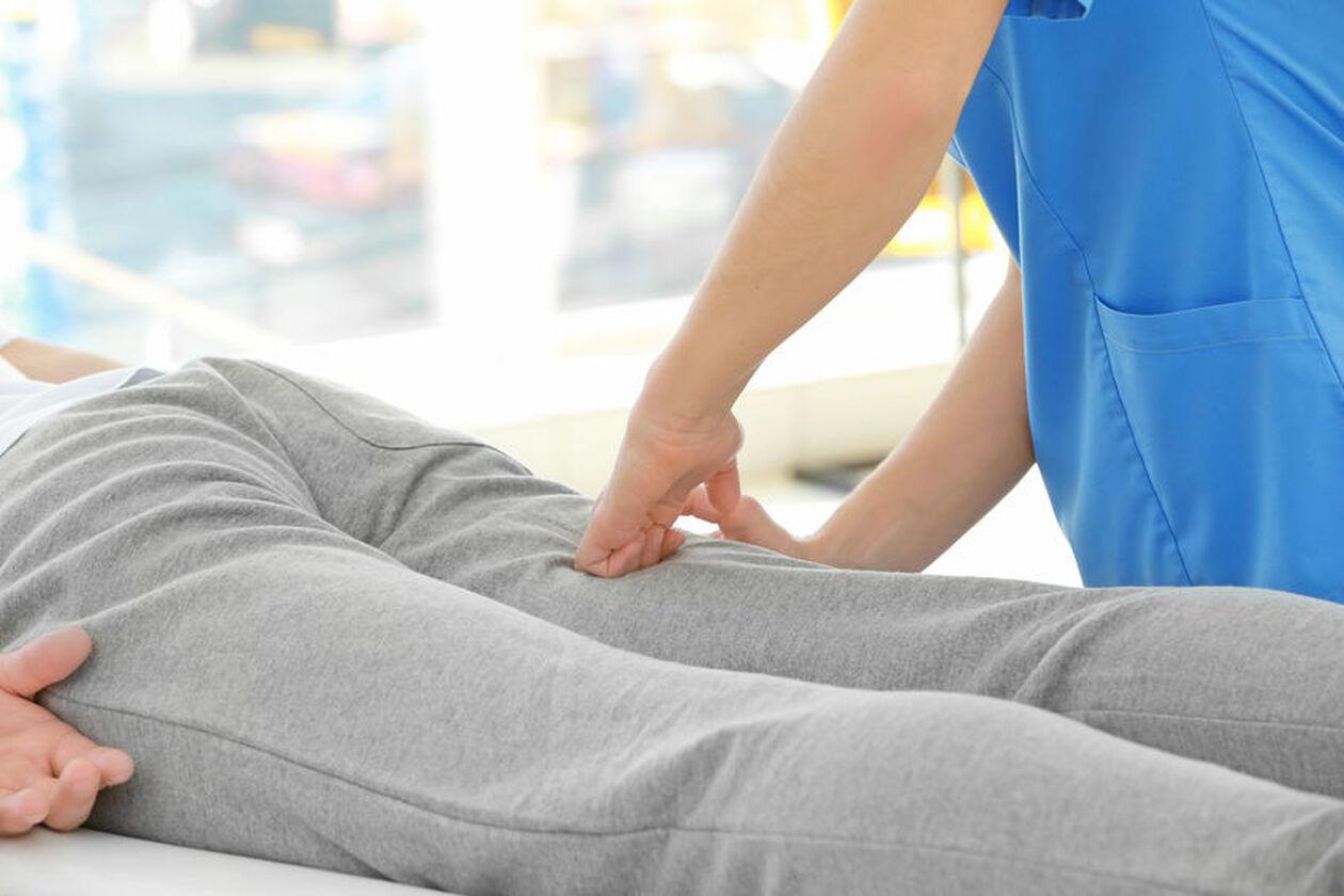 Pacjent na rehabilitacji po endoprotezie kolana