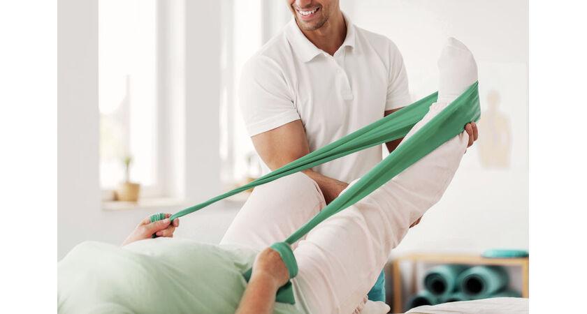 Pacjentka na rehabilitacji stawu skokowego