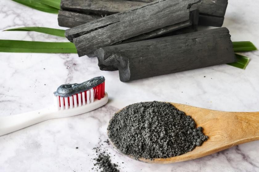 Szczoteczką z pastą do zębów z węglem
