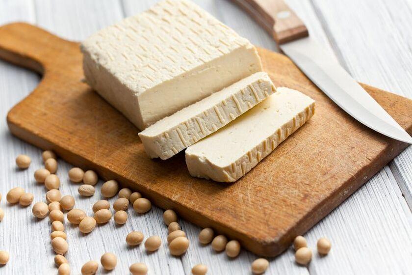 Tofu naturalne na kuchennym blacie