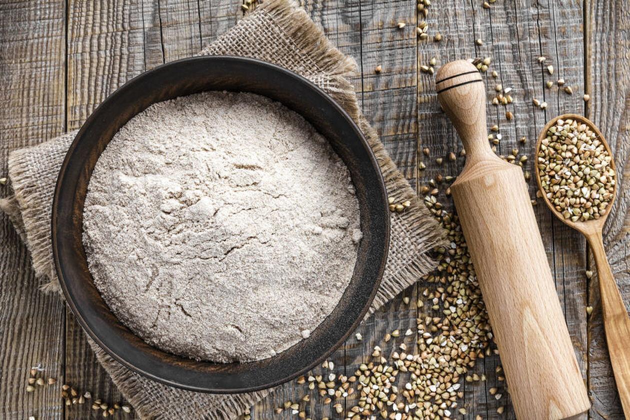 Mąka gryczana w półmisku i drewniany wałek
