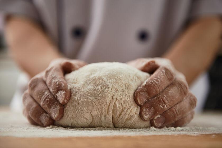 Kucharz robi ciasto z mąki jęczmiennej