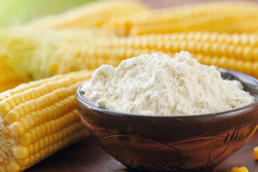 Mąka kukurydziana w drewnianej miseczce