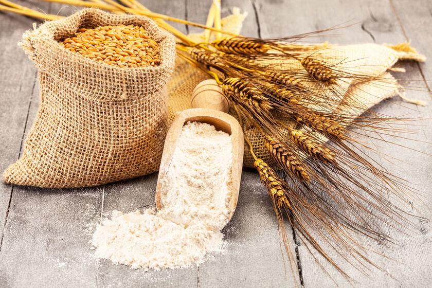 Mąka żytnia razowa na drewnianej łyżce
