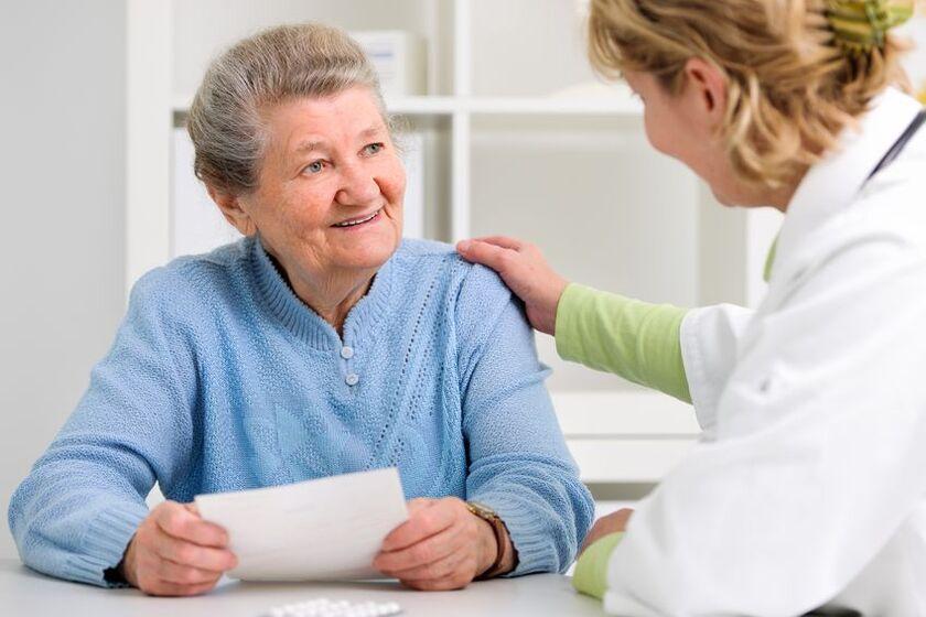 Geriatra rozmawia z pacjentką