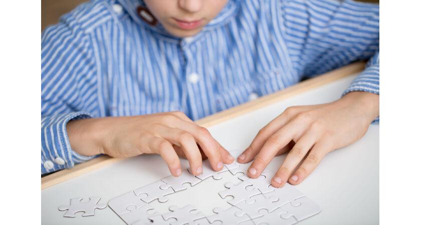 Dziecko układające puzzle