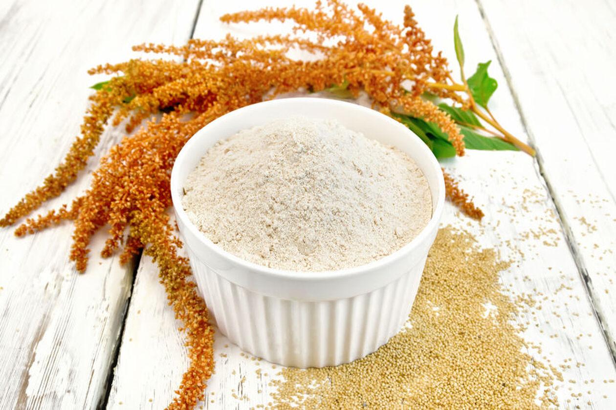 Mąka z amarantusa w ceramicznej miseczce