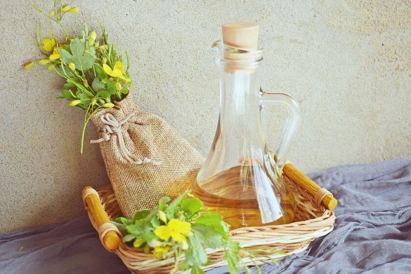 Olejek z glistnika jaskółcze ziele w ratanowym koszyku