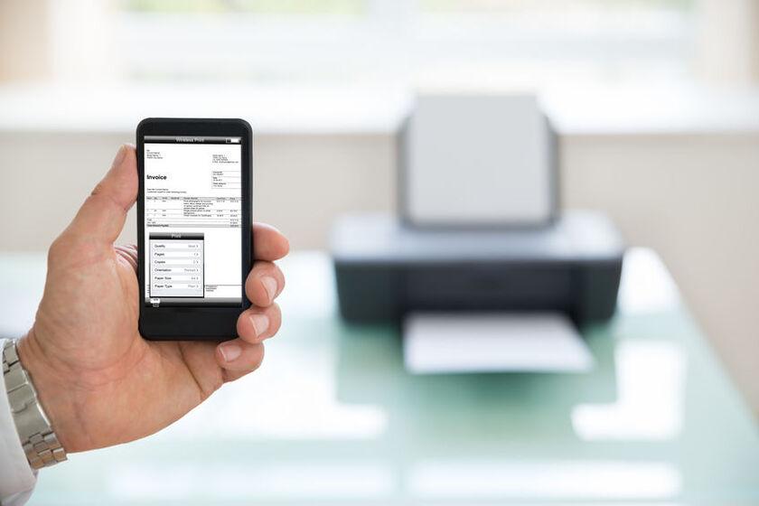 Smartfon z wyświetloną fakturą elektroniczną