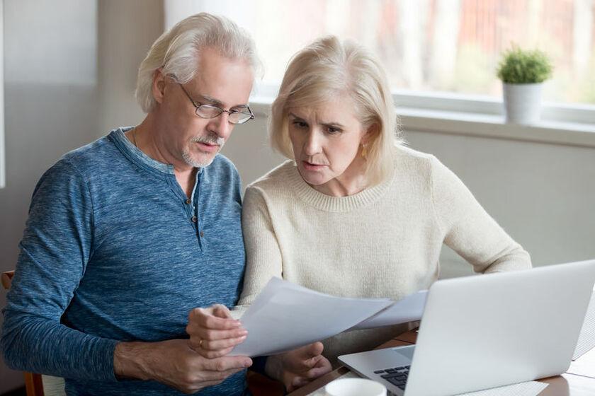 Starsze małżeństwo sprawdza rachunki