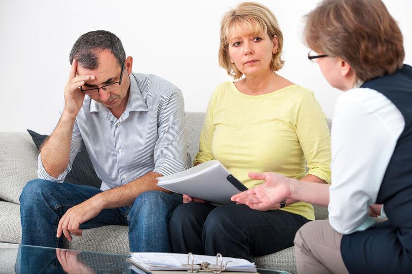 Starsze małżeństwo rozmawia z doradcąfinansowym
