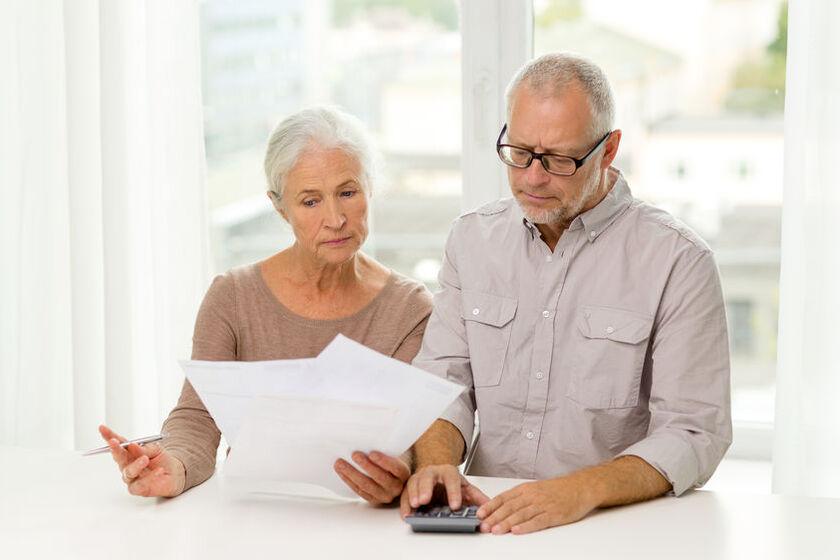Starsze małżeństwo wypełnia wniosek o rentę chorobową