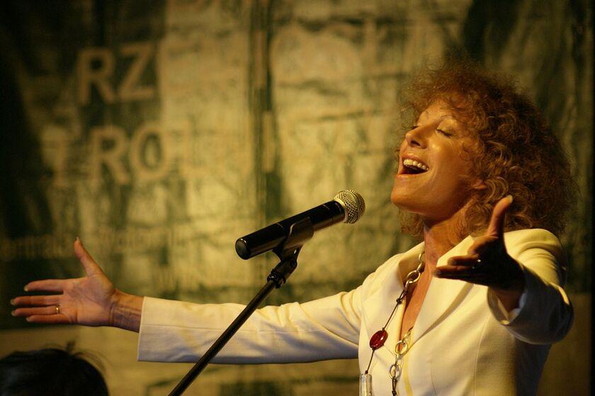 Alicja Majewska przed mikrofonem
