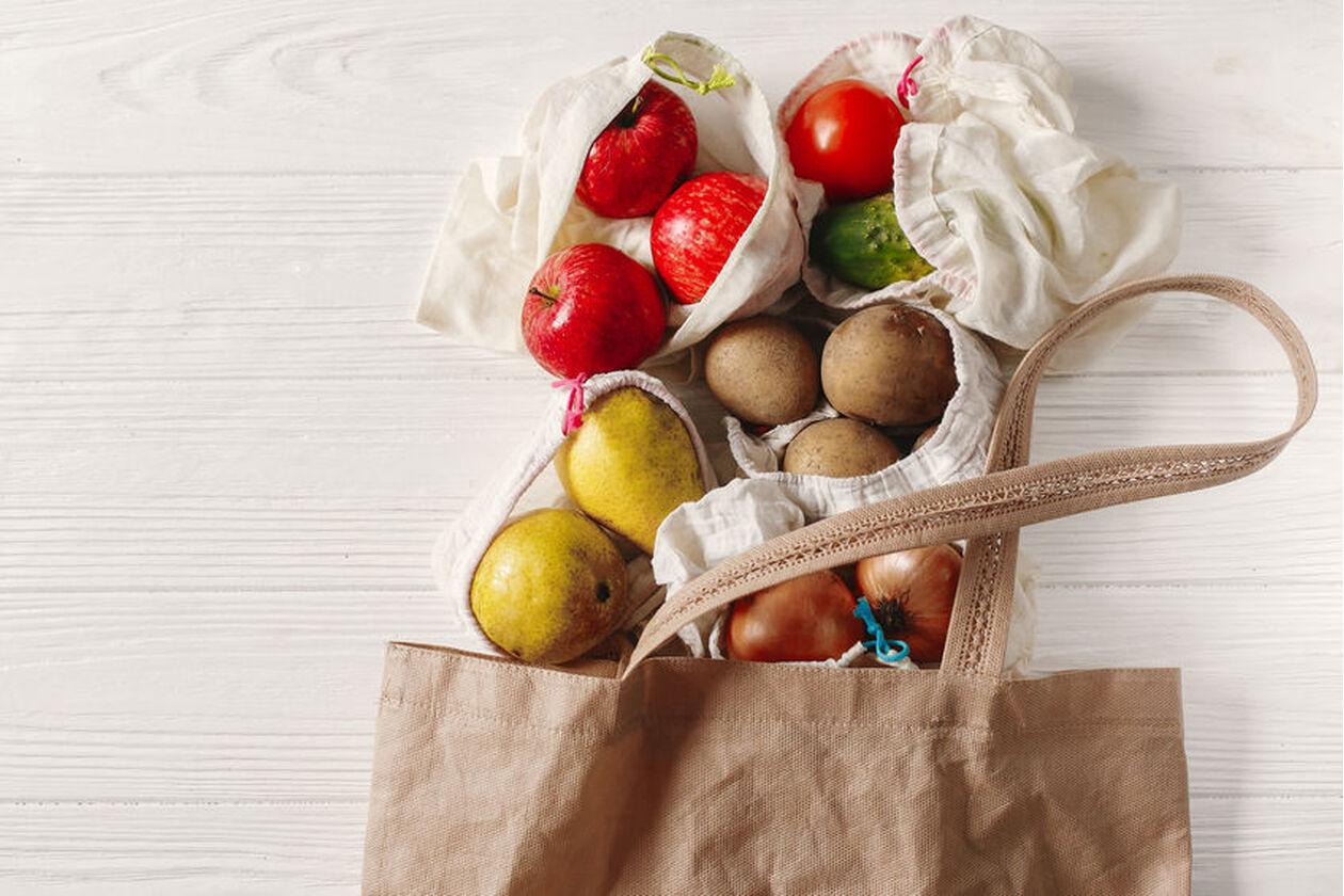 Warzywa wysypujące się z torby
