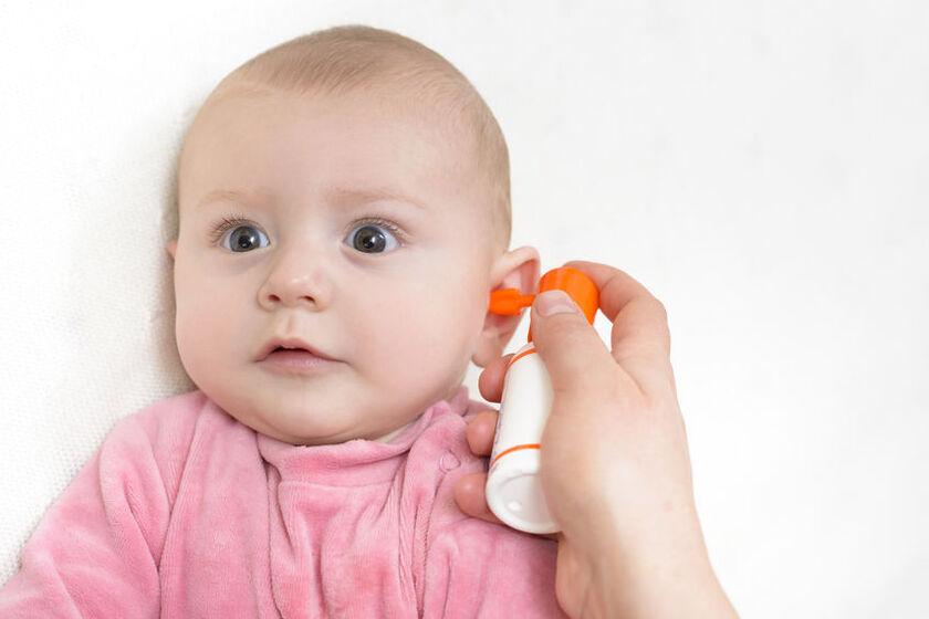 Czyszczenie uszu u małego dziecka