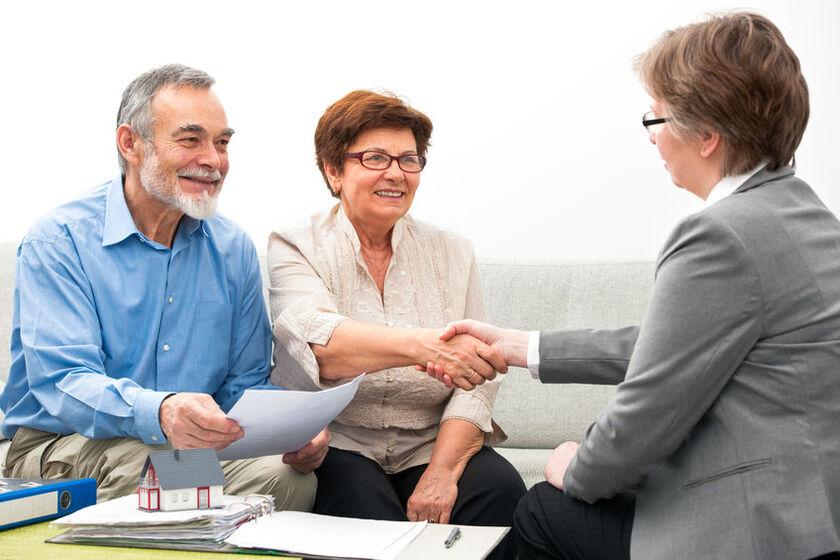 Starsze małżeństwo u doradcy kredytowego