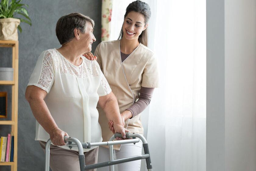 Kobieta w trakcie rehabilitacji na osteoporozę