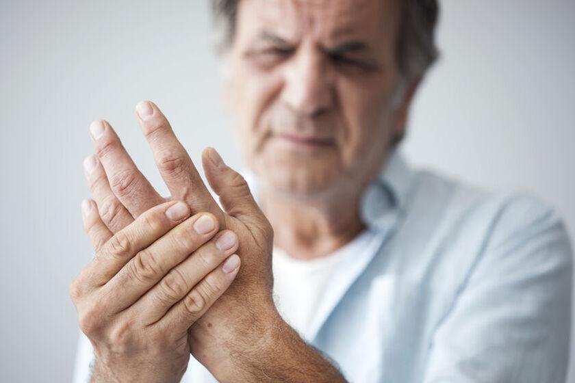 Mężczyzna odczuwający ból reumatyczny