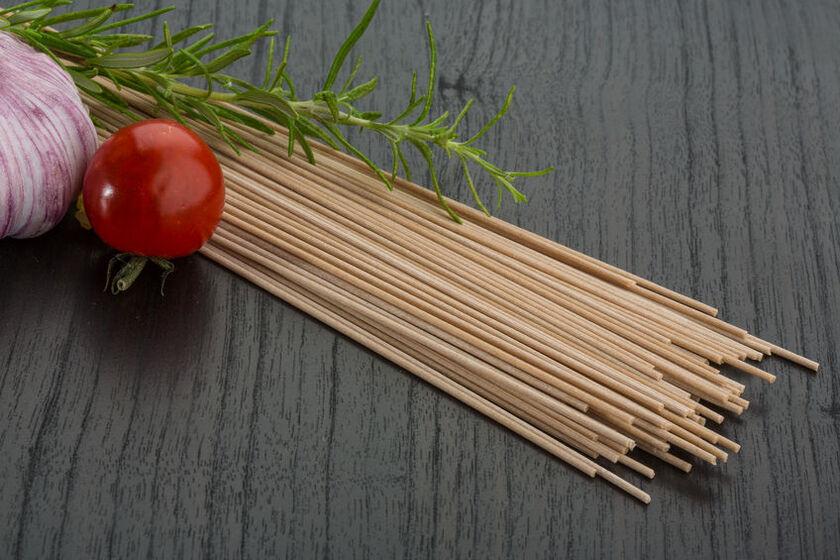 Makaron gryczany, pomidor koktajlowy i czosnek w kuchni