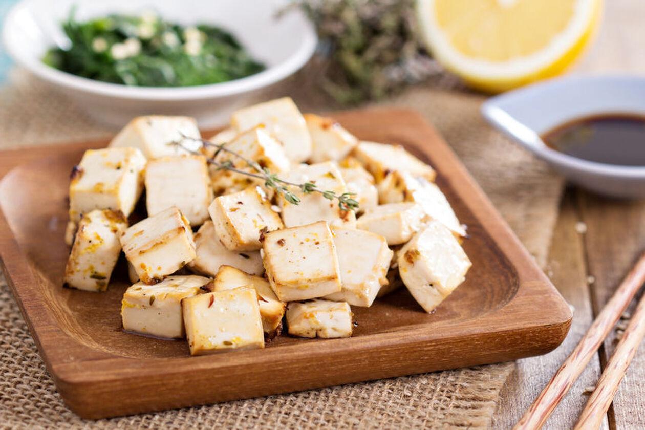 Tofu wędzone na drewnianej desce