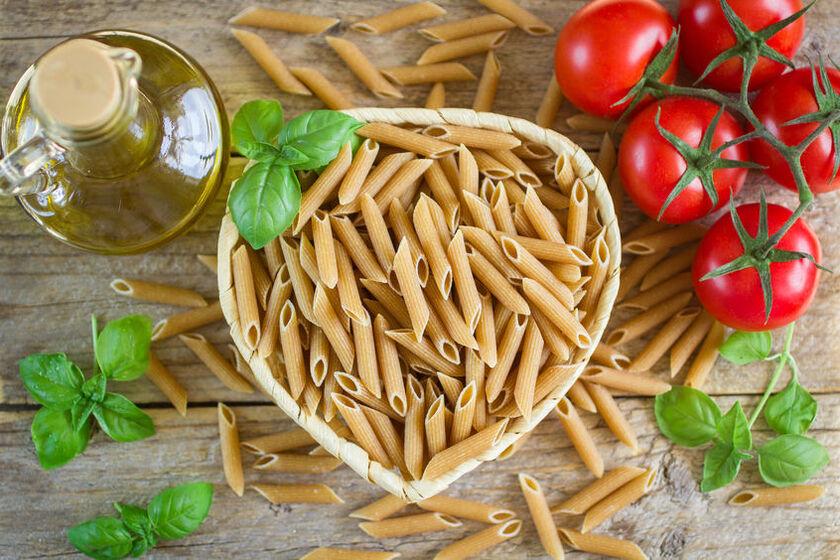 Makaron pełnoziarnisty, pomidory i oliwa