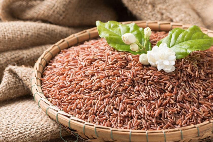 Ryż brązowy w drewnianej misce