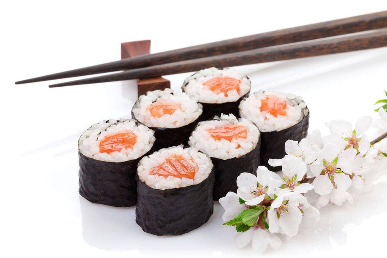 Sushi, pałeczki i kwiat lotosu