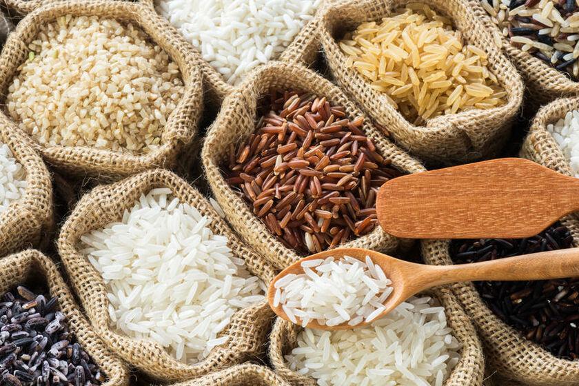 Różne rodzaje ryżu w płóciennych workach