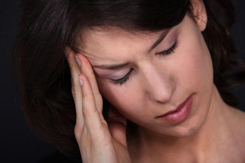 Kobieta w średnim wieku odczuwa pierwsze objawy menopauzy