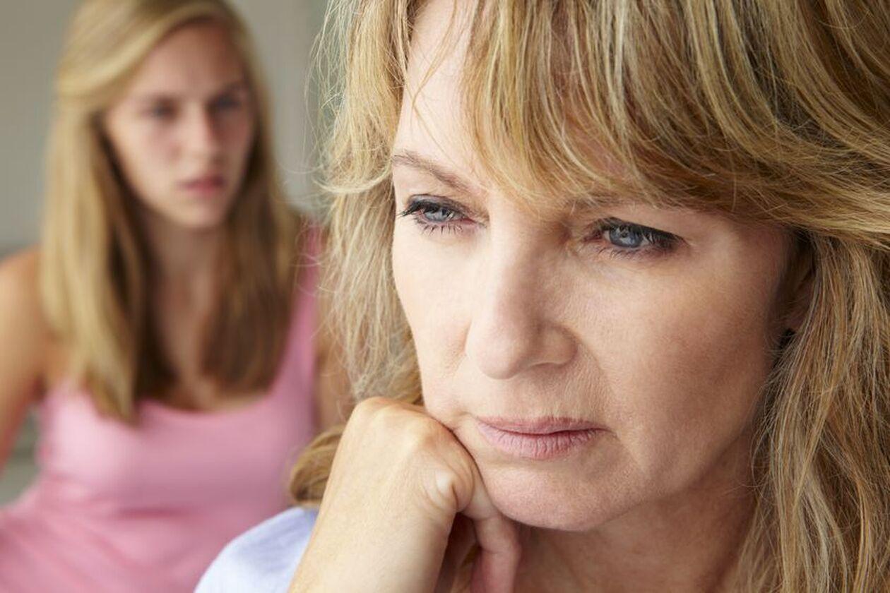 Przygnębiona kobieta w średnim wieku