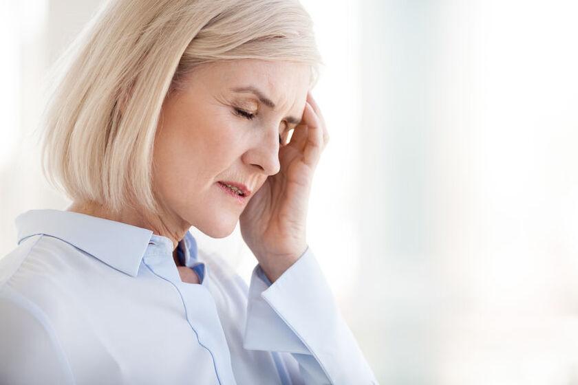 Kobieta odczuwa nietypowe objawy menopauzy