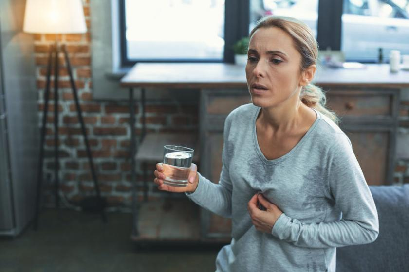 Kobieta odczuwa pierwsze objawy menopauzy