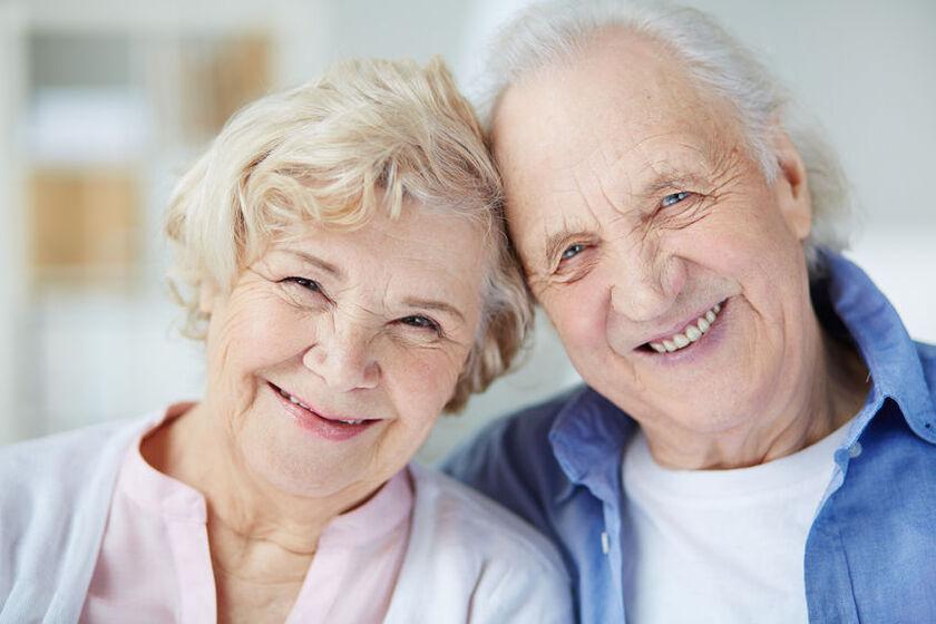 Uśmiechnięte starsze małżeństwo