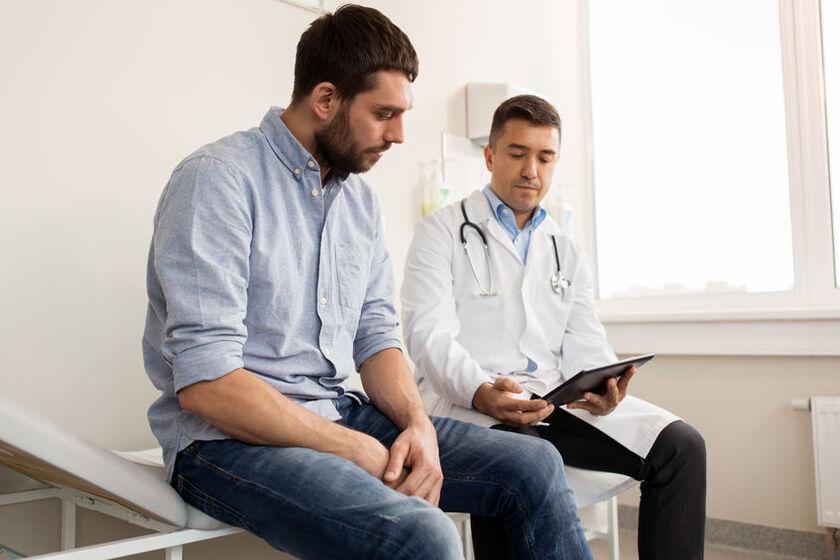 Mężczyzna rozmawiający z lekarzem