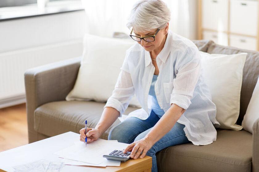 Starsza kobieta wylicza emeryturę