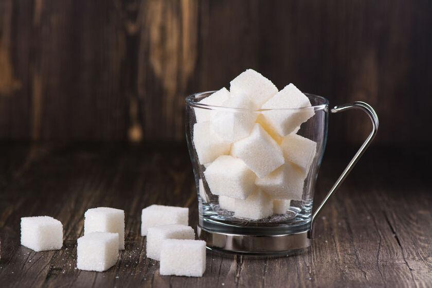 Kostki cukru w dzbanku