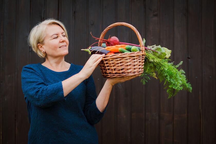 50-letnia kobieta z koszem warzyw