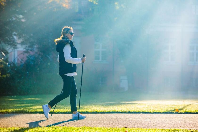 40-letnia kobieta uprawia nordic walking