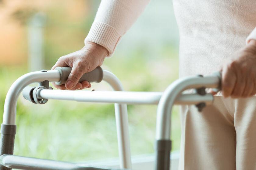 Seniorka wspiera sięna balkoniku