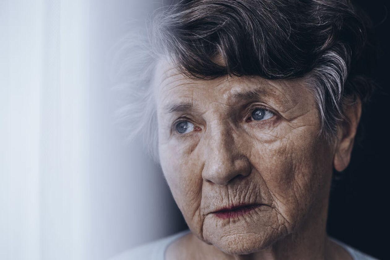 Smutna starsza kobieta