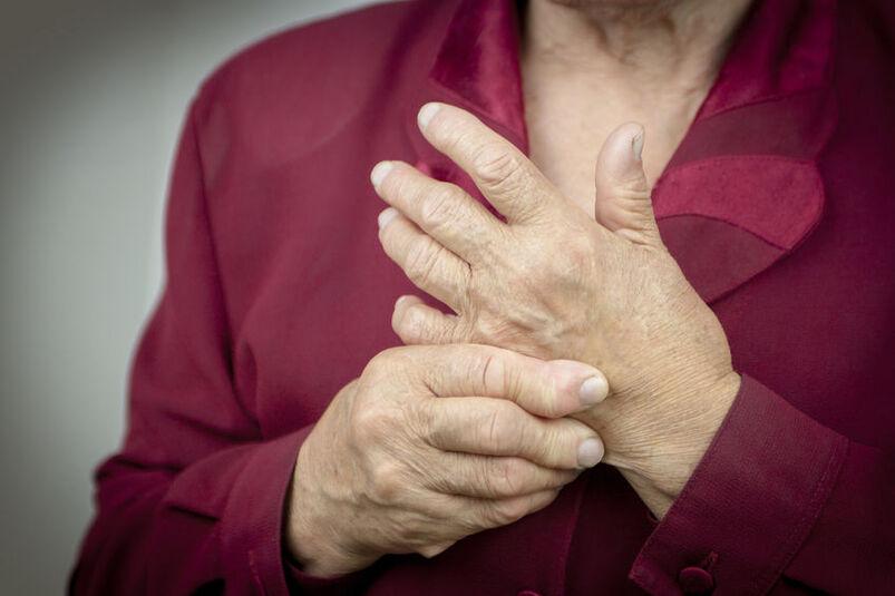 Seniorka z objawami artretyzmu