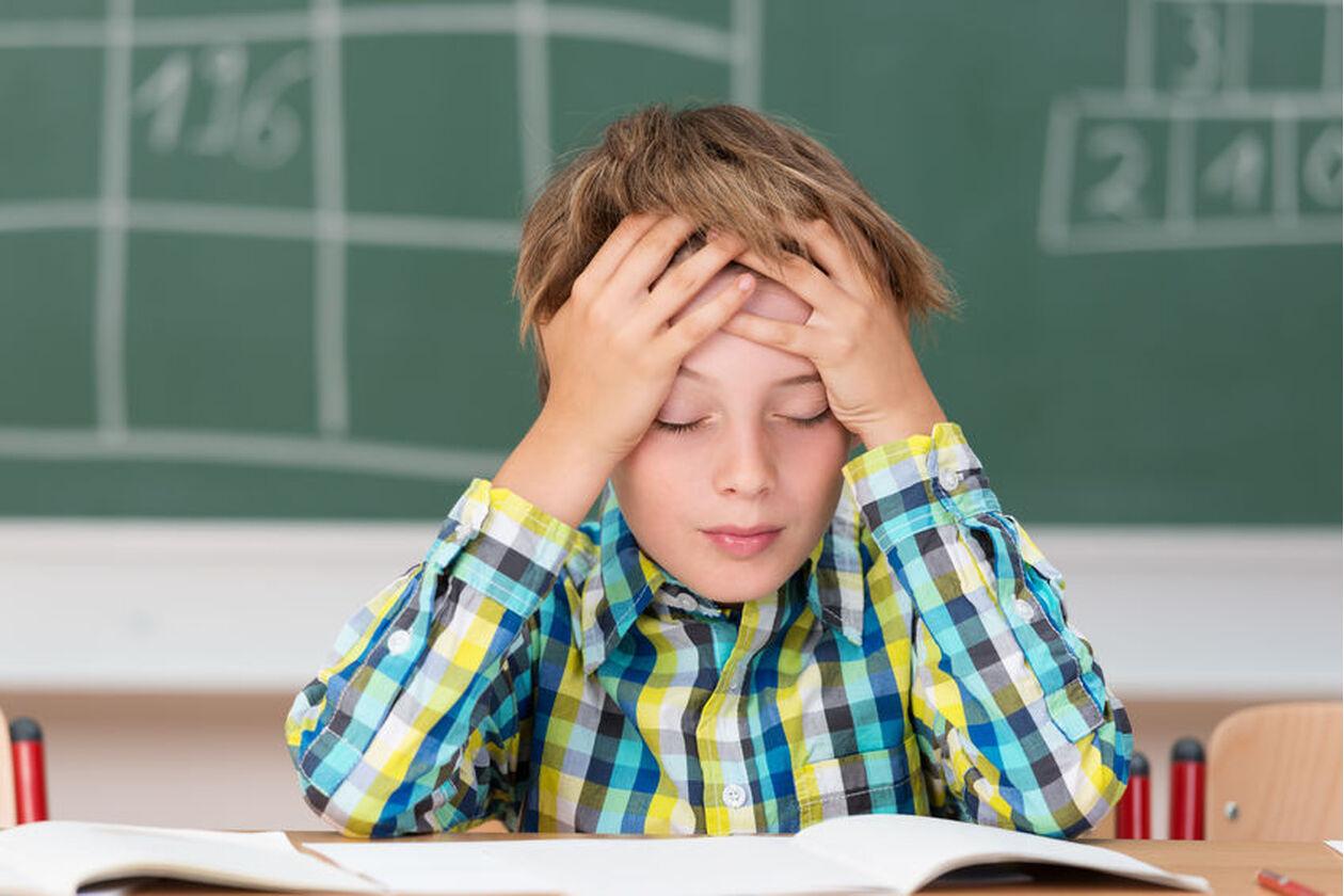 Dziecko cierpi z powodu migreny