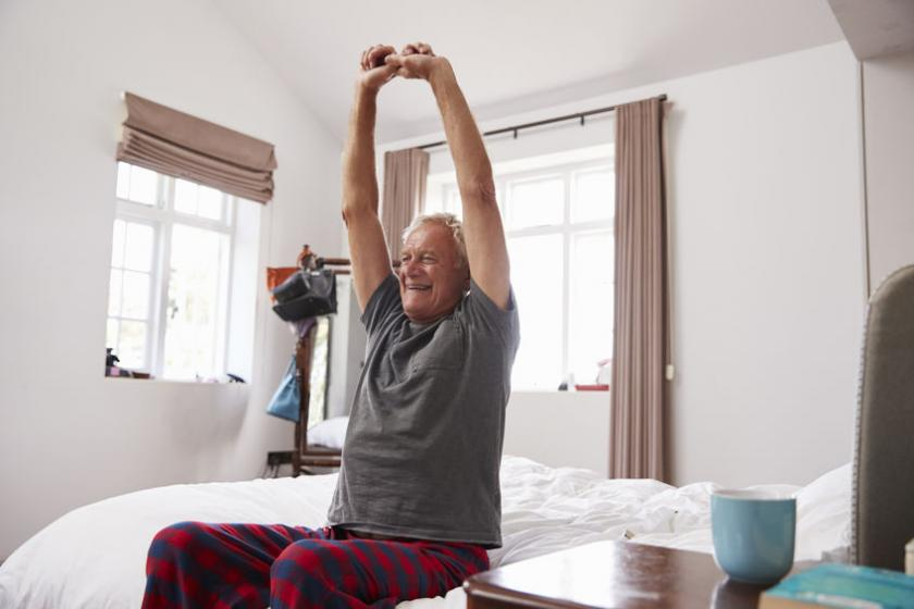 Senior wykonuje ćwiczenia na potencję