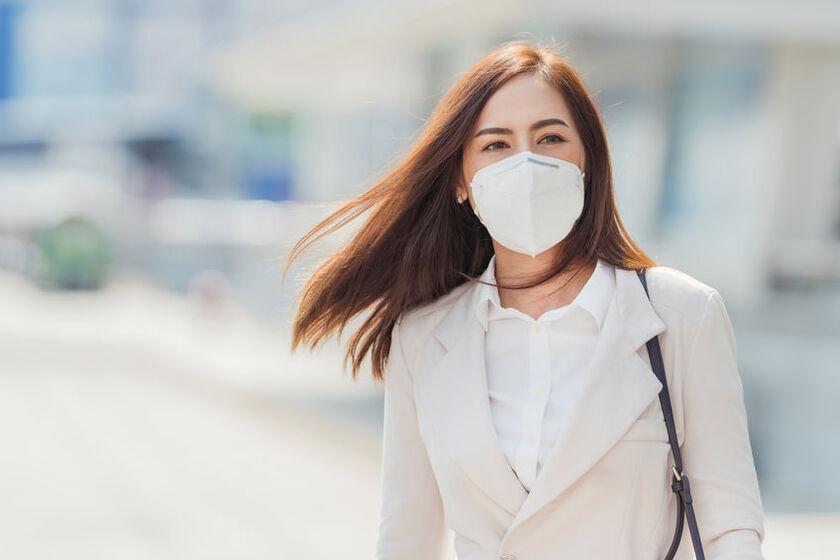 Kobieta w maseczce ochronnej na twarzy