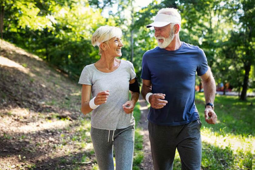 Aktywni seniorzy uprawiający sport przy nietrzymaniu moczu