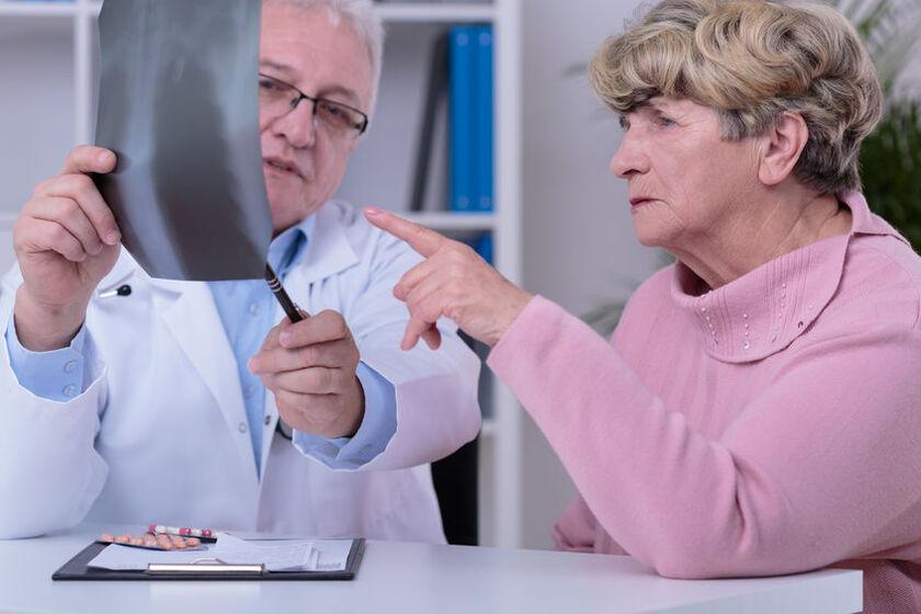 Lekarz tłumaczy pacjentce skutki choroby