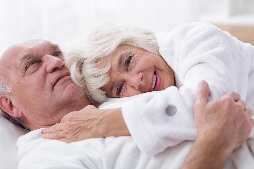 Para seniorów w łóżku