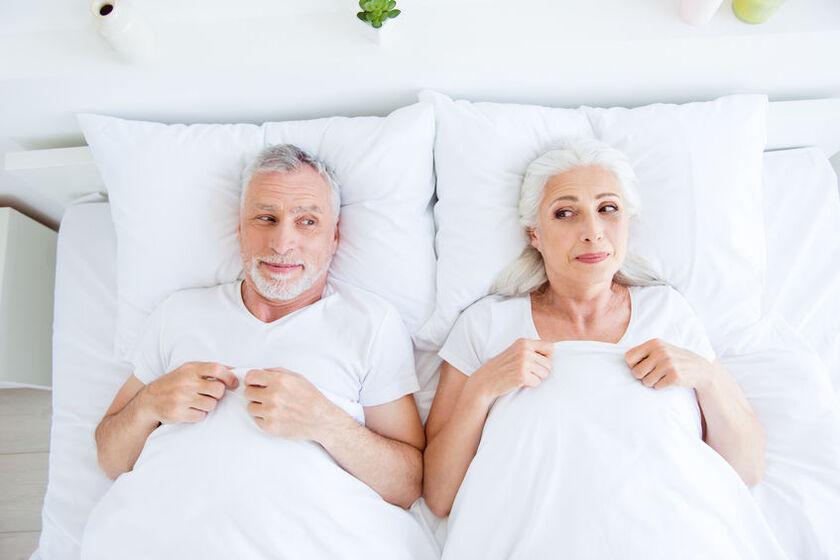Para seniorów w sypialni