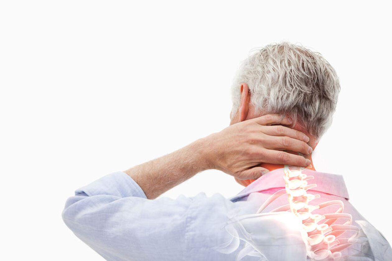 Mężczyzna odczuwający ból w odcinku szyjnym kręgosłupa