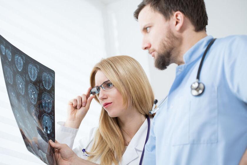Neurolog ogląda zdjęcie z tomografii głowy